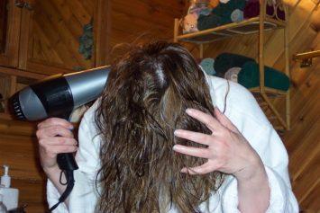 אישה עושה פן לשיער דליל